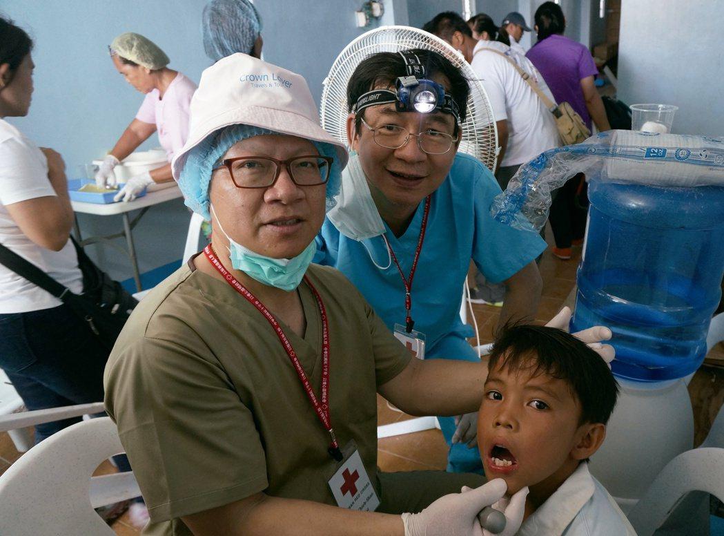 為身障兒爭取資源的牙醫師羅界山