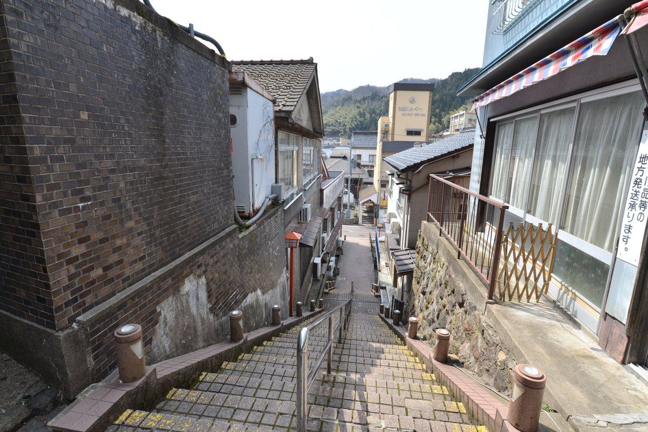 湯村溫泉鄉有許多階梯小徑。 時報出版提供