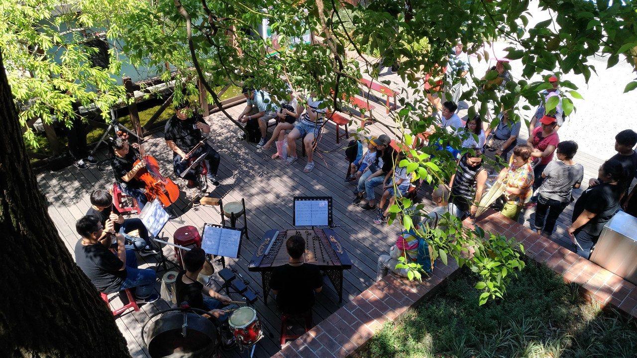 在榕樹下賞戲,讓不少年長遊客想起舊時美好時光。圖/國立傳統藝術中心提供