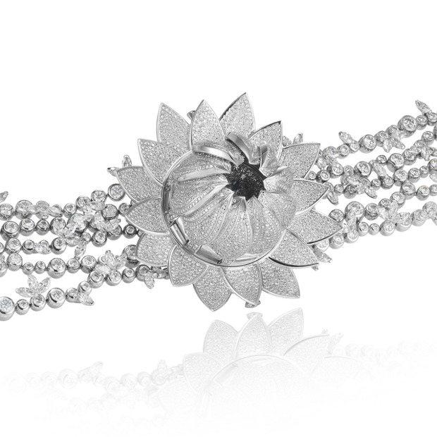 蕭邦Blanc Lotus白色蓮花高級珠寶腕表,花瓣可以闔起來或綻放。價格店洽。...
