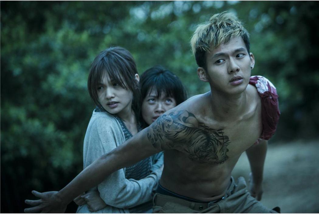 「紅衣小女孩2」中,吳念軒(右)飾演的「虎爺」極為搶眼。圖/威視提供