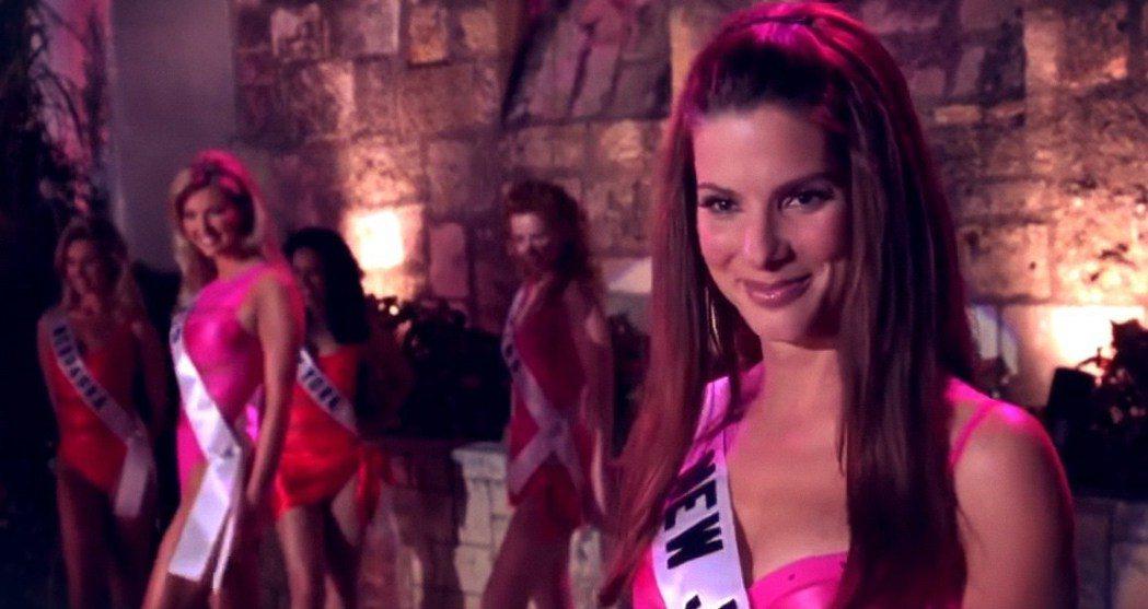 珊卓布拉克在「麻辣女王」藉著參加選美臥底,據傳真的曾在港姐選拔中發生。圖/摘自T...