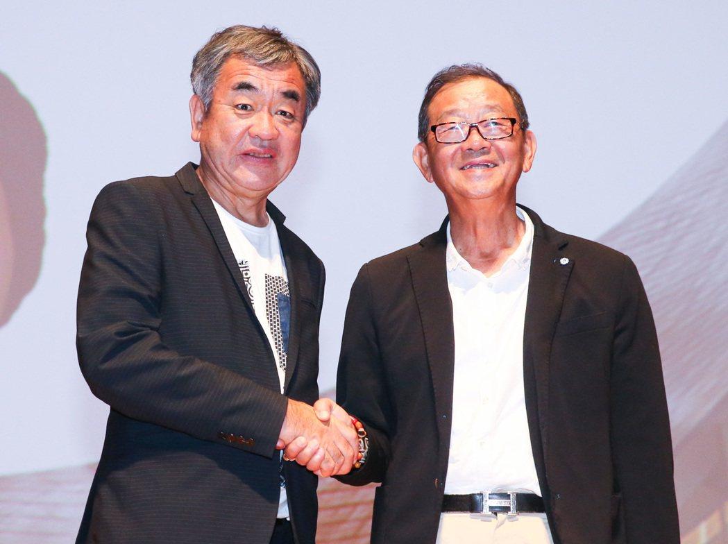 隈研吾(左)與台開集團董事長邱復生(右)二人握手合影留念。記者鄭清元/攝影
