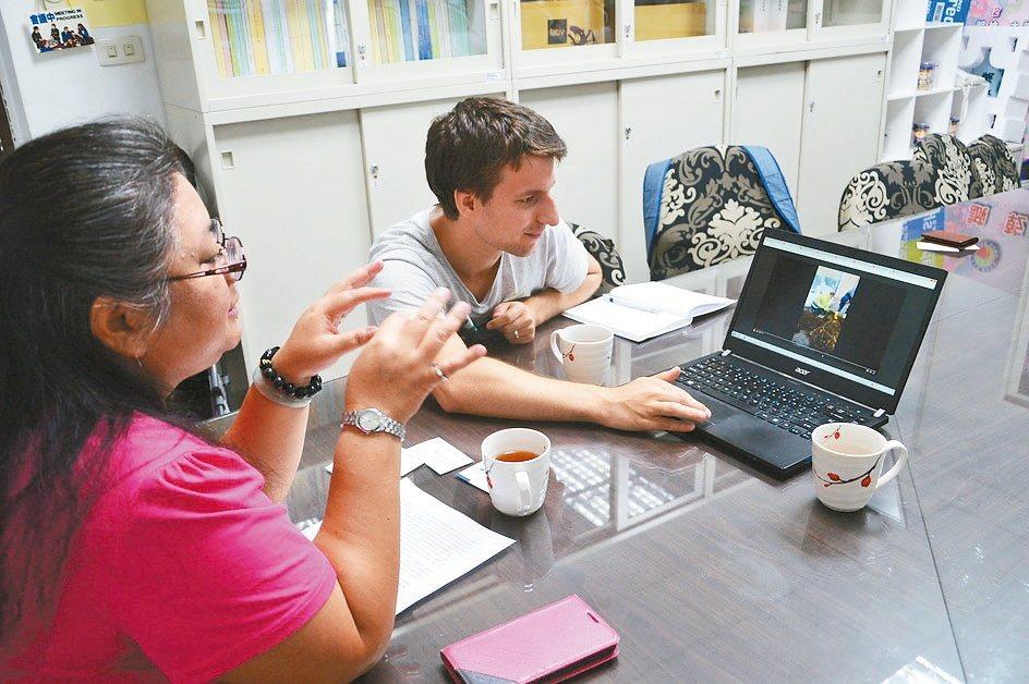 德籍博士生Falk Schneider(右)向環保局專委陳美玲展示歐洲回收舊漁網...