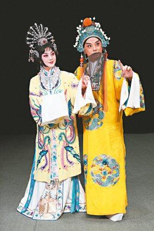 中國京劇院帶來的「太真外傳」中,李勝素飾楊玉環(左),于魁智飾唐明皇。 圖/傳大...