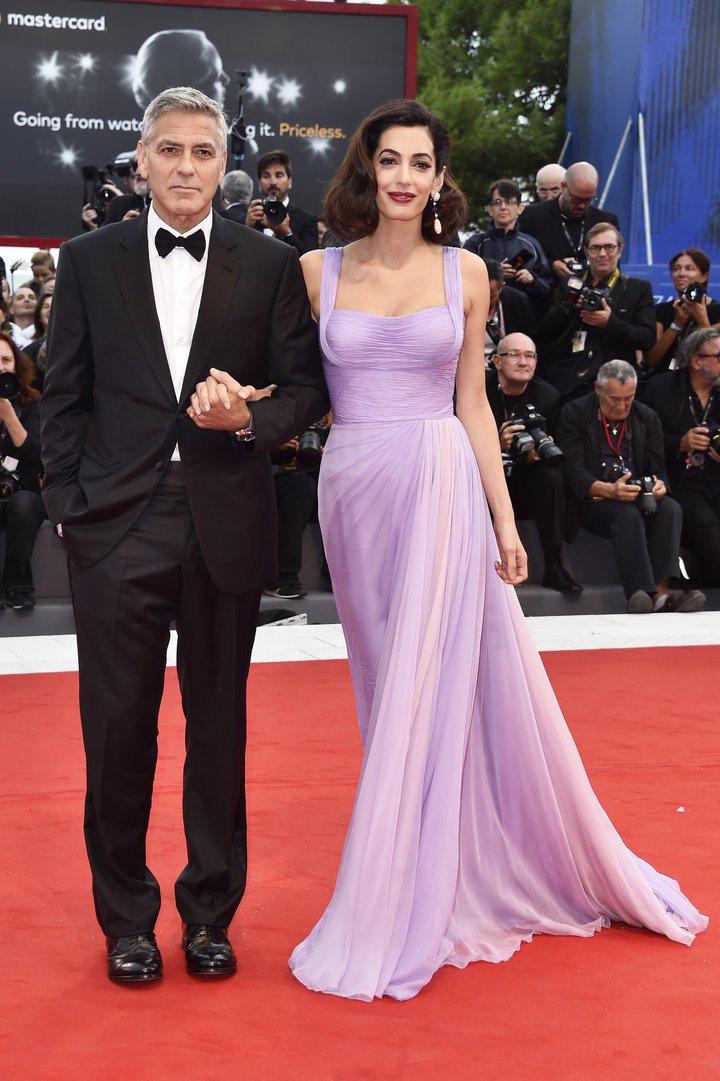 喬治克隆尼的太太Amal Clooney時尚品味深受好評,此次紅毯以粉紫色凡賽斯...