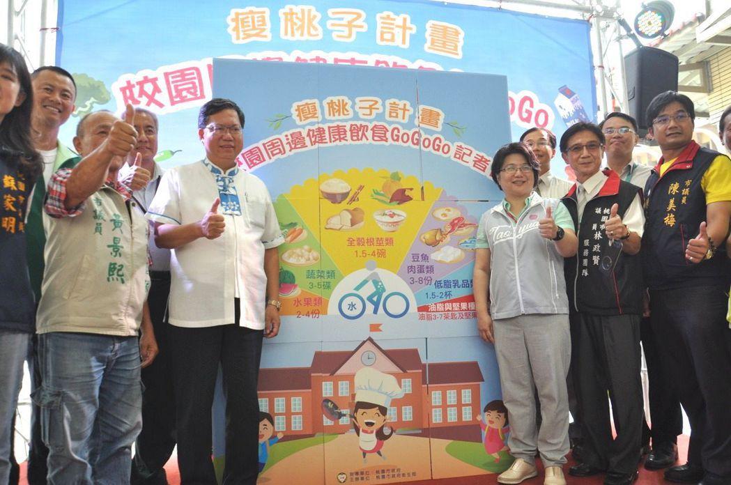 有「胖周瑜」之稱的桃園市長鄭文燦(左二)。 記者張裕珍/攝影