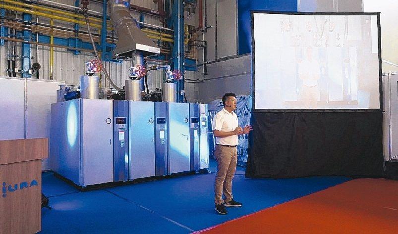 三浦鍋爐副總經理林俊豪介紹該公司SI系列鍋爐新產品節能環保的效能。 三浦鍋爐/提...