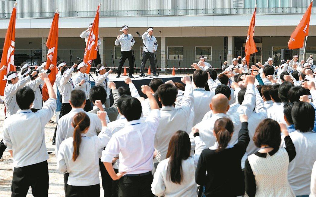 厚生勞動省6日公布的數據顯示,由於企業發放的獎金減少,日本勞工7月的整體薪資意外...
