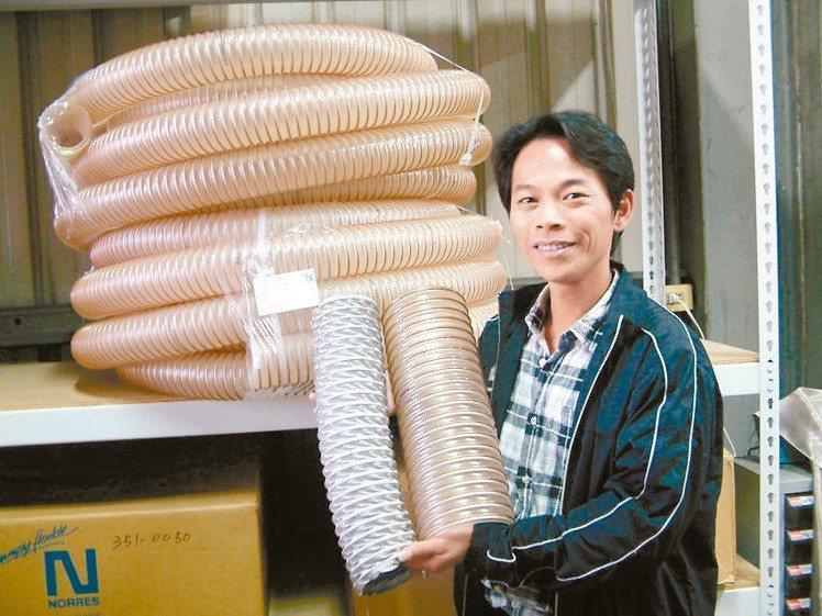 業務經理徐家裕展示德國百年品牌-諾銳NORRES工業軟管。莊智強/攝影