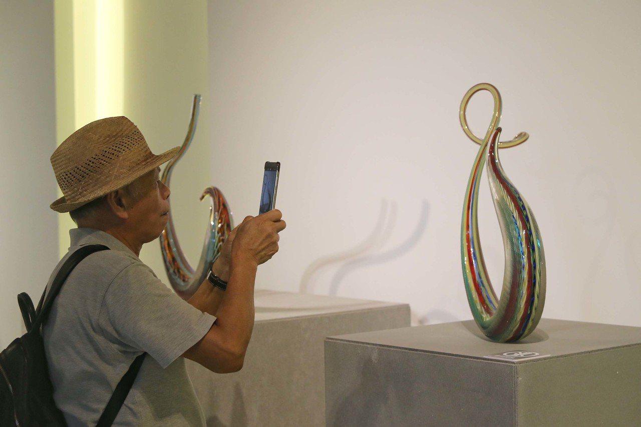 「再也不會有的Lino Tagliapietra」玻璃藝術特展7日在台北開幕,攝...