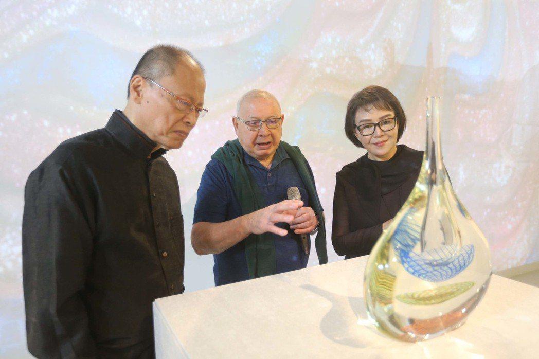 義大利玻璃藝術家利諾.塔亞彼耶得拉(中)7日在台北出席「再也不會有的Lino T...