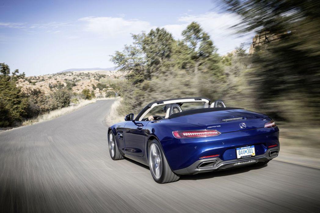 AMG GT Roadster繼承了GT家族性能元素,外觀上包含招牌的直柵式水箱罩、大面積的氣壩造型、銀色鍍鉻設計的點綴,更添造型魅力。圖/台灣賓士提供