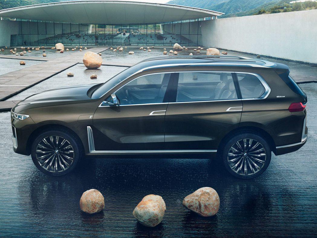 從BMW X7 Concept的車側看,第三排座椅的空間似乎會很狹窄。 摘自Bi...