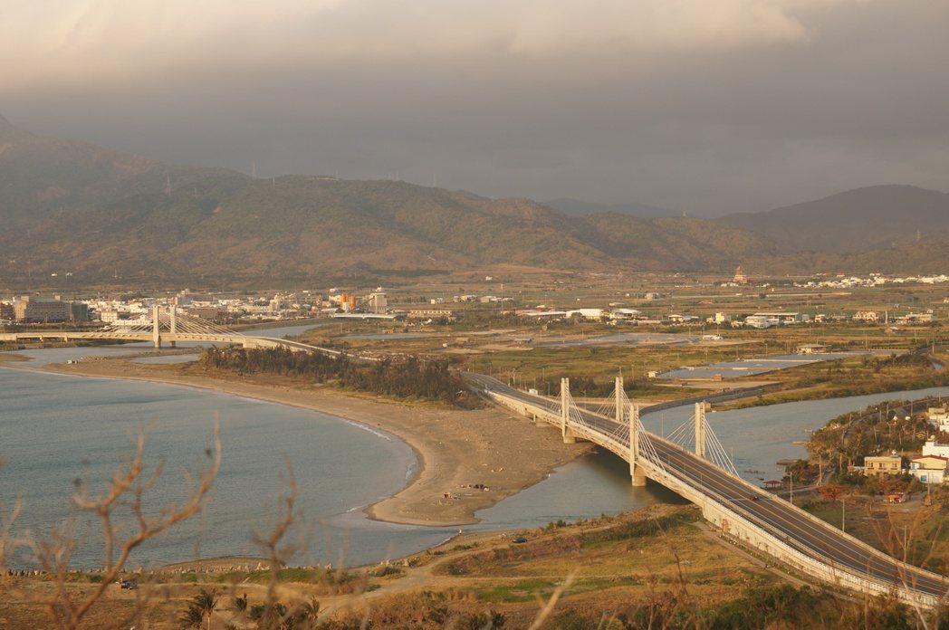 從龜山遠眺保力溪、日人登陸的射寮港、車城,甚至可遠眺至石門。 圖/作者自攝