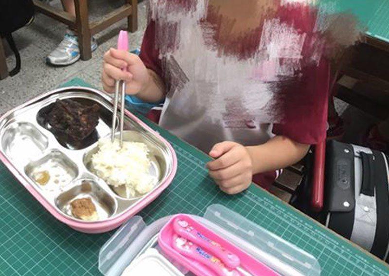 屏東一位媽媽,因女兒剛上小學一年級,午餐時間到學校關心,沒想到發現學校提供的營養...