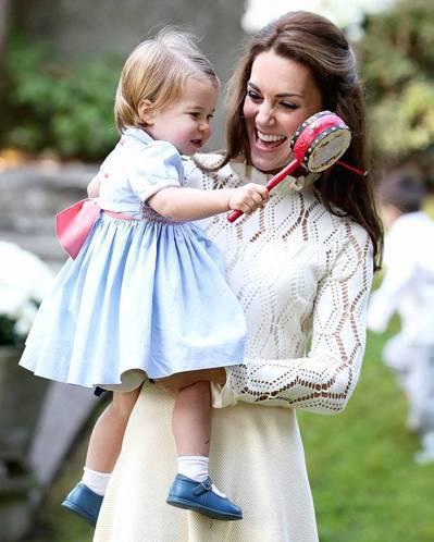 英國小公主夏綠蒂隨父母出訪加拿大,在派對上玩得超開心。 圖/截自US Weekl...