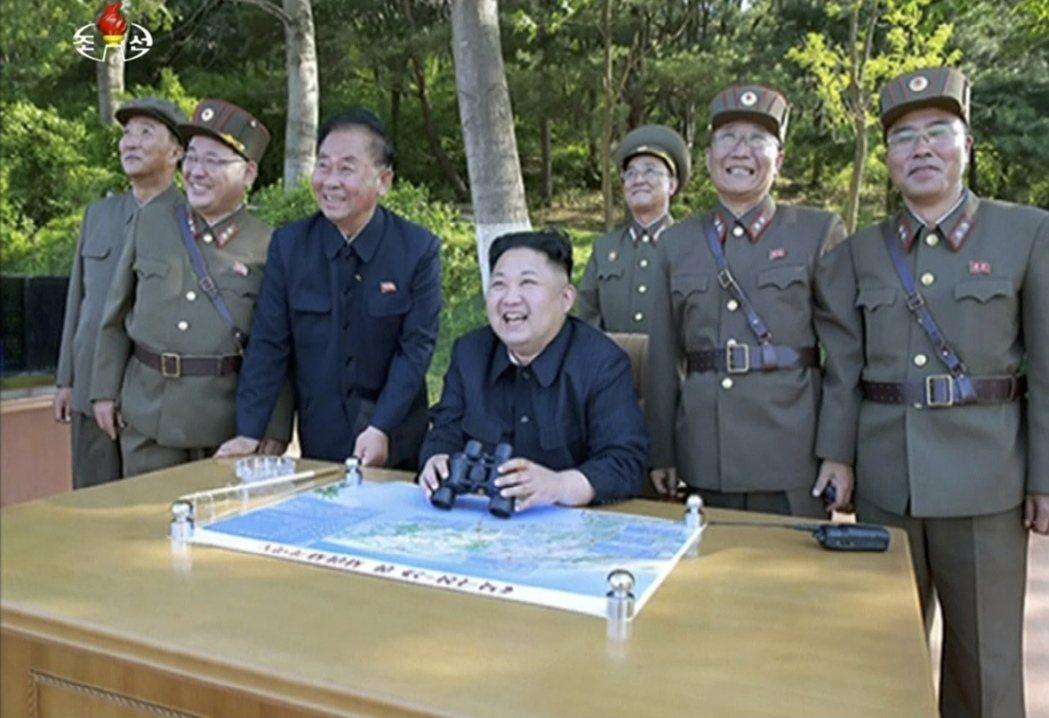 北韓KRT電視台5月22日的畫面顯示,北韓領導人金正恩在不明地點觀看長程戰略彈道...