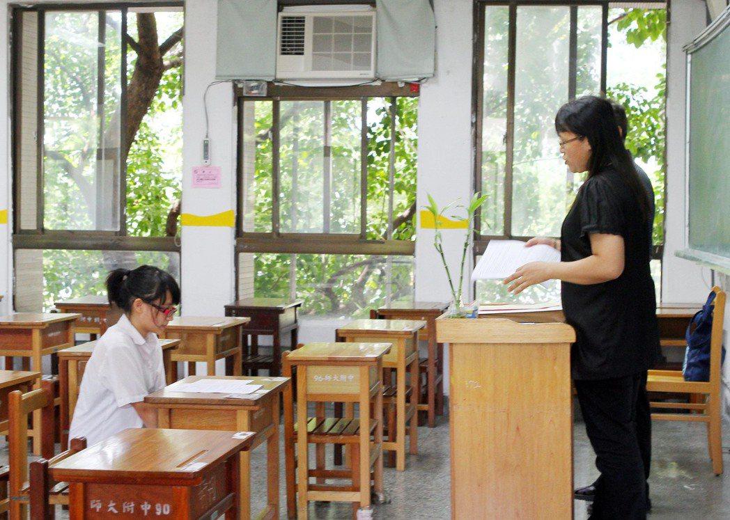 圖為考生與監考老師。聯合報系資料照