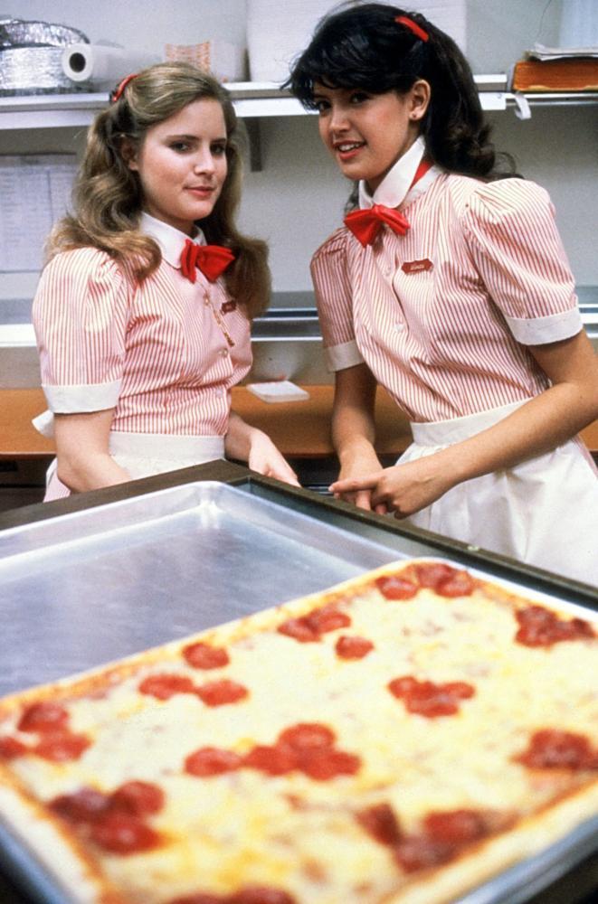 「開放的美國學府」兩位女主角在披薩店打工。圖/摘自Cineplex