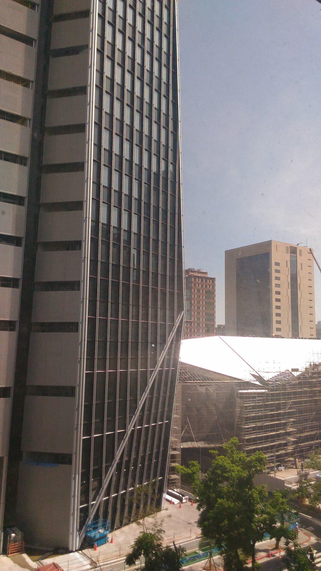 有民眾投訴,信義區松廉路南山人壽大樓的東側裙樓近日施作屋頂,陽光照射反光行程光害...