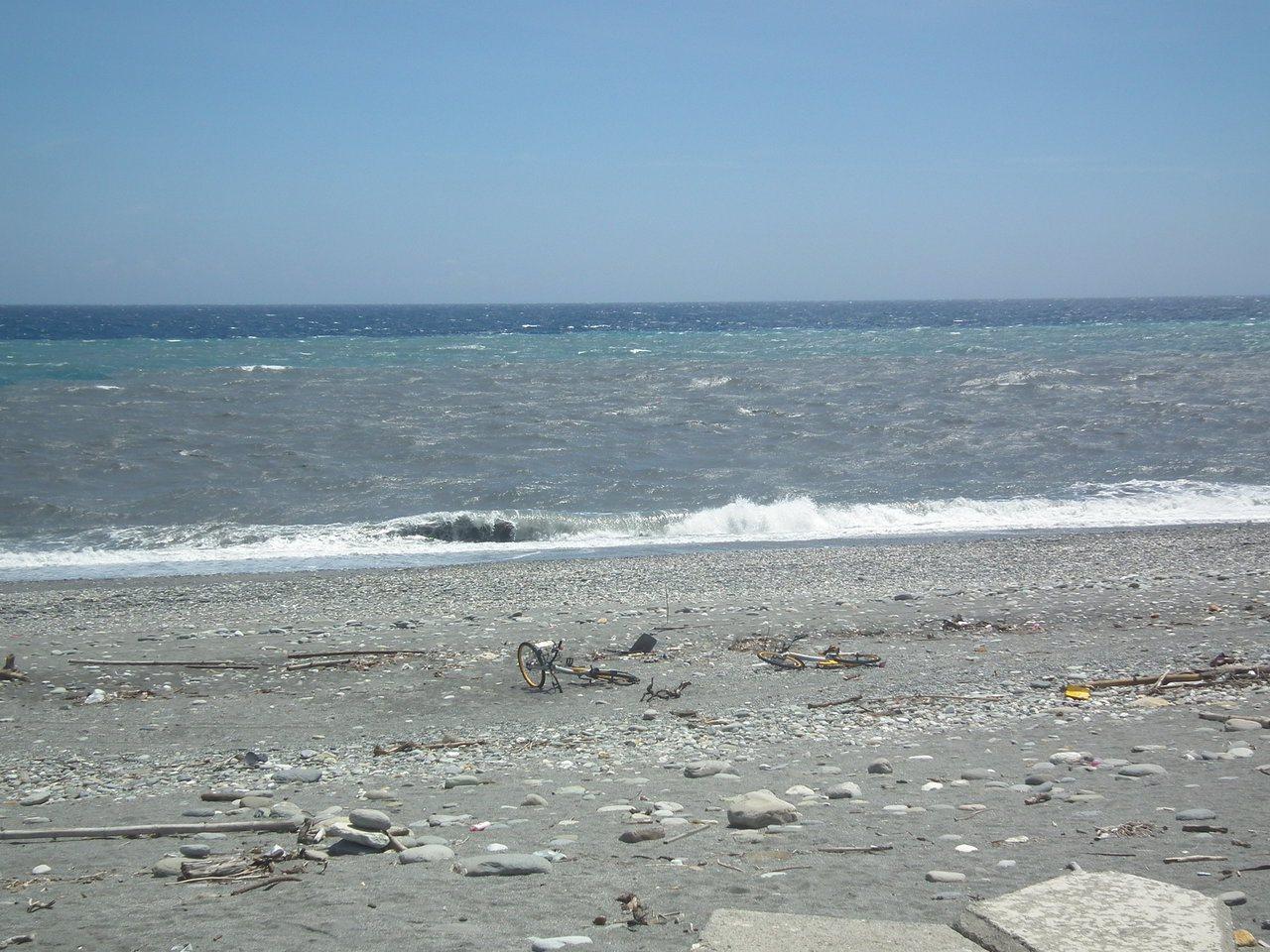 台東知名景點「國際地標」,2輛oBike疑遭惡意丟棄,橫躺沙灘上。記者尤聰光/攝...