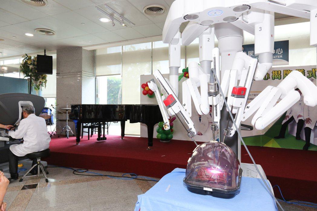由歐宴泉教授現場示範價值上億元的達文西儀器進行手術操作。圖/童綜合醫院提供