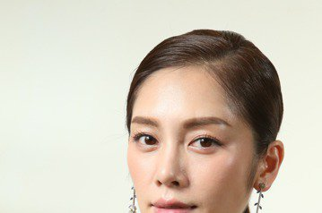 TASAKI全新flatland秋冬高級珠寶發表,邀請名模王心恬(右)與廖奕琁(左)展示頂級珠寶。