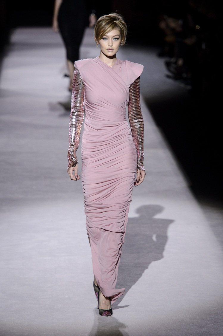 超模Gigi Hadid身穿粉膚色抓皺處理緊身禮服,詮釋了Tom Ford理念中...