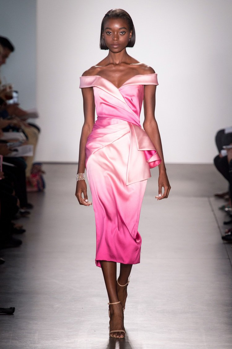 Pamella Roland透過抓皺面料的手法,讓簡約的禮服有了更多豐富紋理變化...