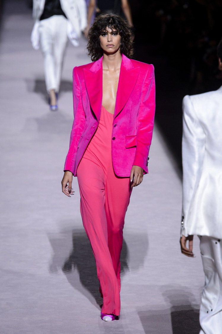 粉桃色的天鵝絨套裝是Tom Ford本季系列中的亮點,兼具剛毅又柔美的氣質。圖/...