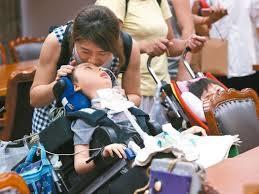 教育部學生團體保險新增「幼兒帶病投保不理賠」等條款,引起先天重症兒童家庭不滿,教...
