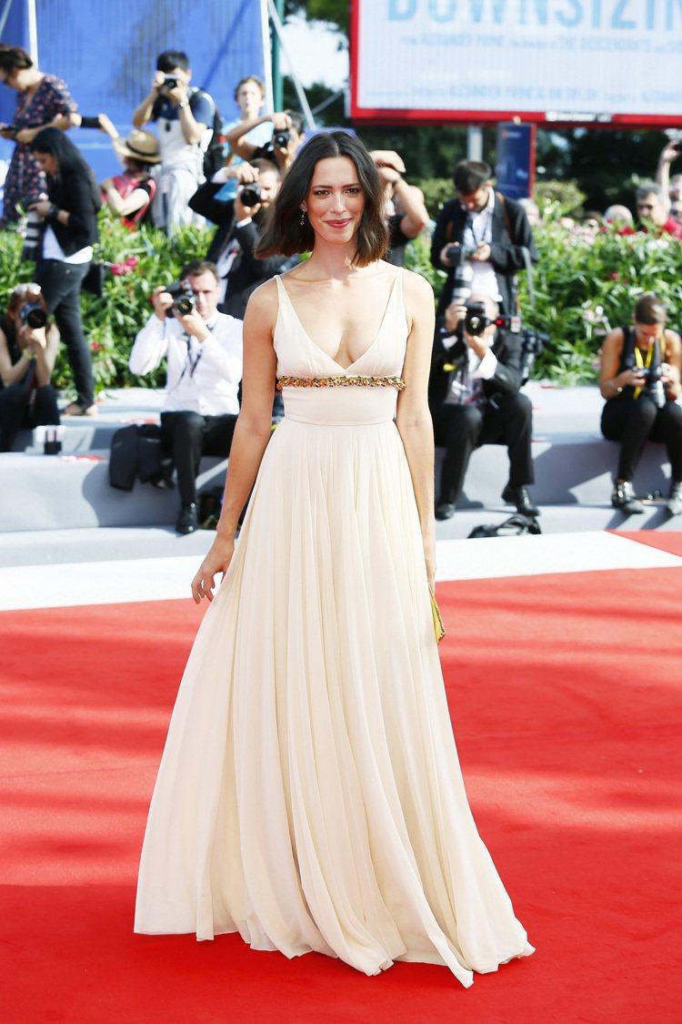 身為評審團一員的英國女星Rebecca Hall,日間穿著Prada白色禮服搭配...