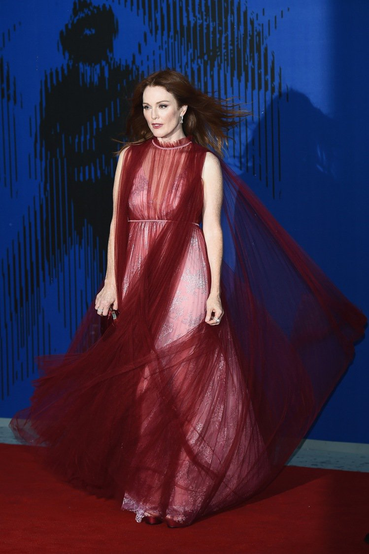 茱莉安摩爾(Julianne Moore)獲得第一屆Franca Sozzani...