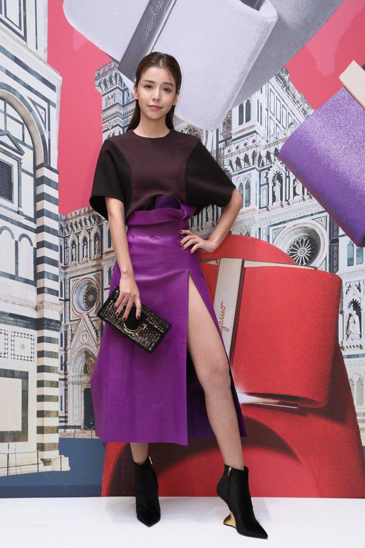 李毓芬穿酒紅色上衣33,500元,紫色皮長裙18萬3,000元,THALIA黑色...