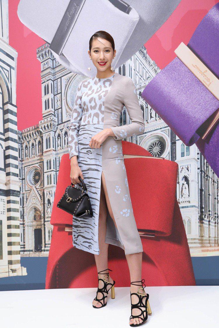 楊晴穿水藍色豹紋拼接洋裝96,900元,SOFT SOFIA黑色小牛皮提包73,...