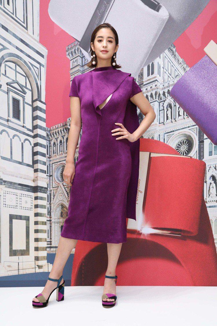 莫允雯穿紫羅蘭色造型長版洋裝65,900元,TRENTO多色拼接羊麂皮粗高跟涼鞋...