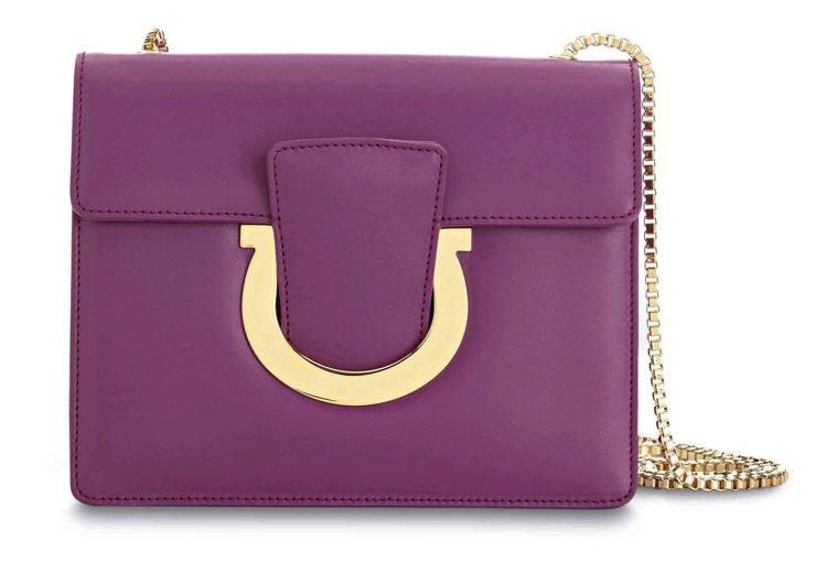 THALIA紫色牛皮鍊帶包,43,500元。圖/Ferragamo提供