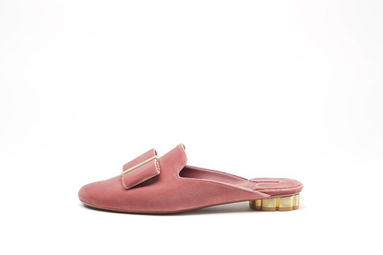 SCIACCA粉桃紅天鵝絨拖鞋,22,500元。圖/Ferragamo提供