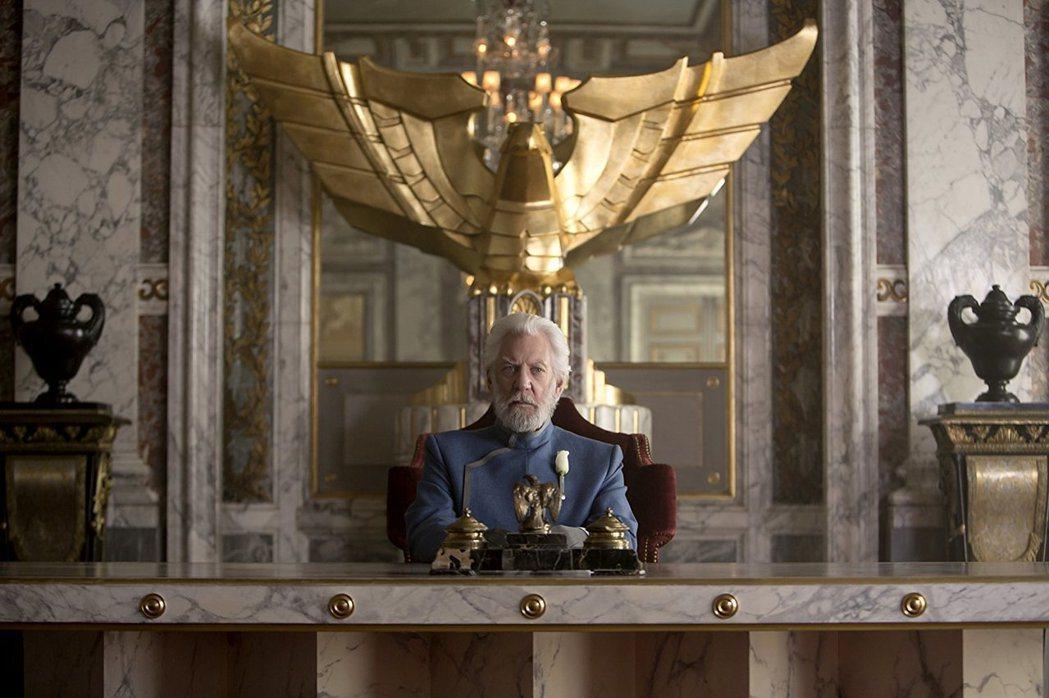 「飢餓遊戲」中的史諾總統,是唐納蘇特蘭近年來最為年輕觀眾熟悉的角色。圖/摘自im...