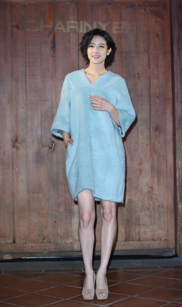 賴雅妍表示朝氣、溫暖的極佳剪裁洋裝是秋冬必備單品。圖/記者陳瑞源攝影