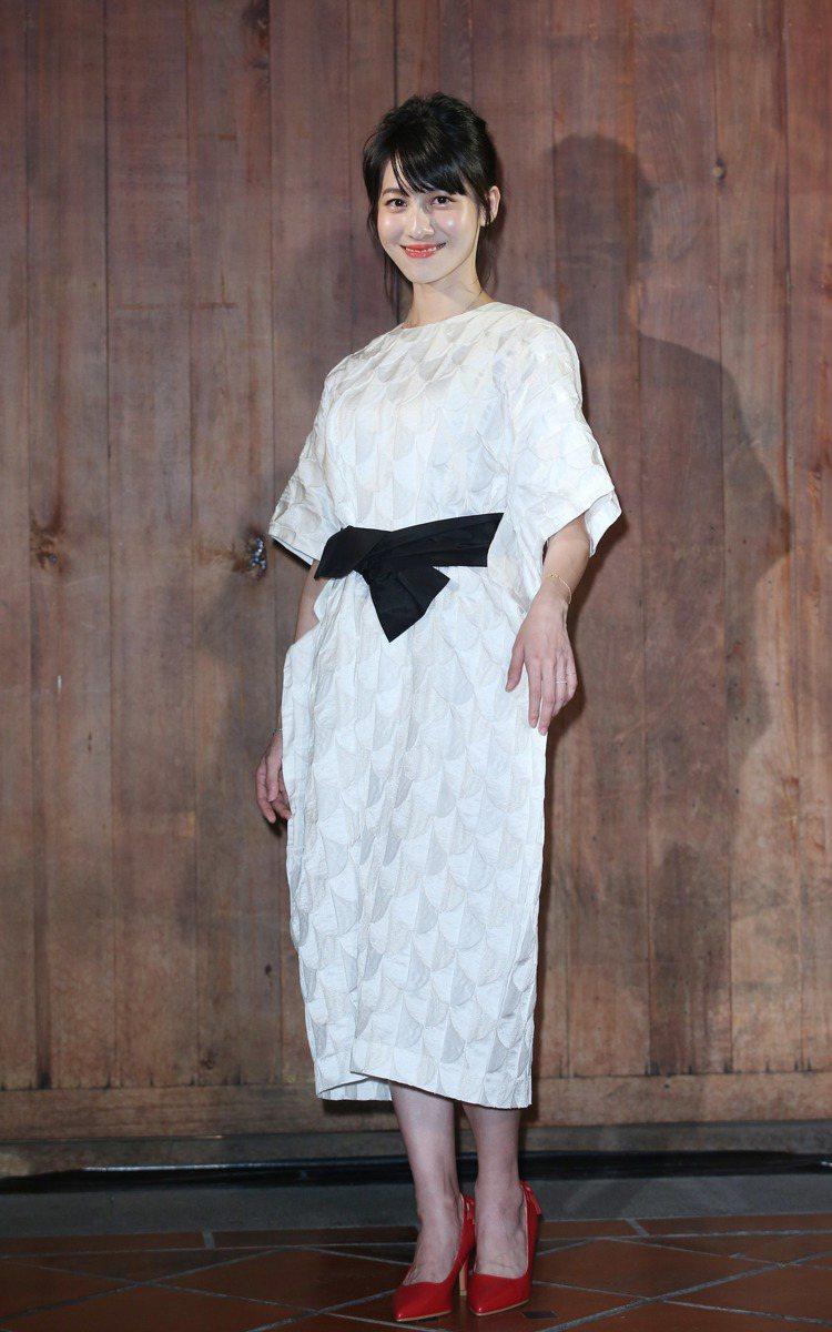 連俞涵穿上白色一件式洋裝,展現葉珈伶作品的精靈氛圍。圖/記者陳瑞源攝影