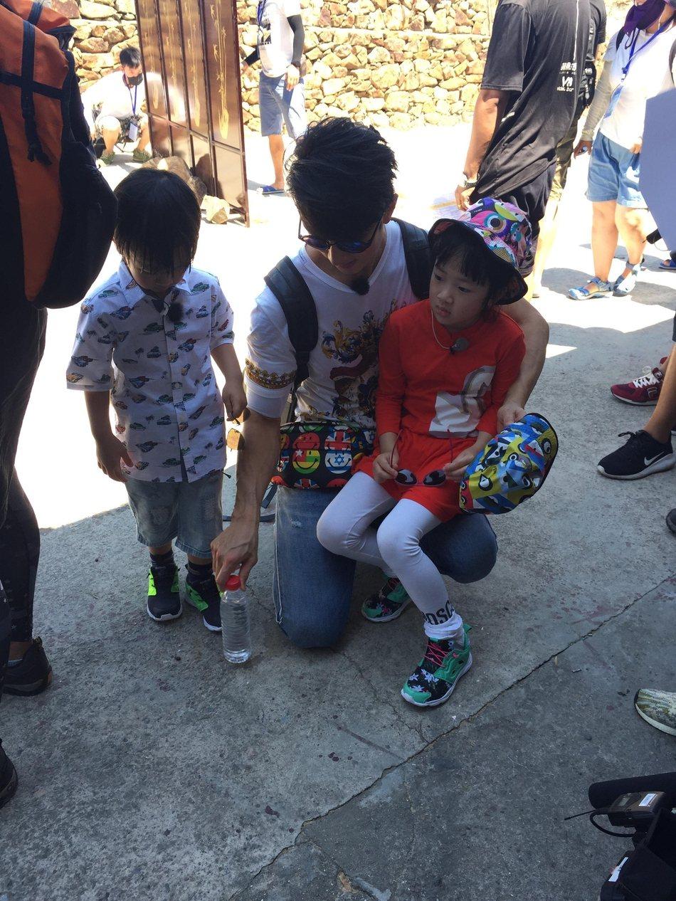 網友搶先曝光「爸爸去哪兒5」的拍攝地點與花絮,吳尊帶一雙兒女也游刃有餘。圖/摘自...