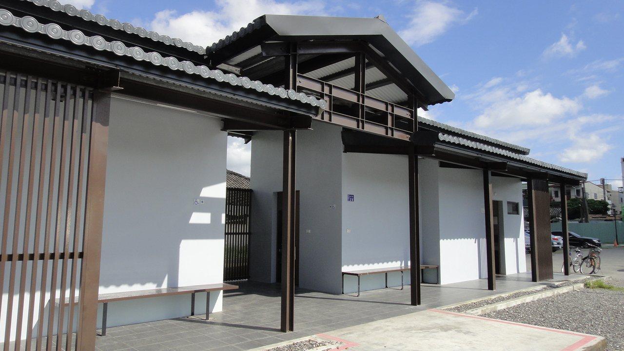 屏東縣潮州鎮公有停車場新蓋好的公廁,外觀是黑瓦白牆風格的仿舊日式建築。記者蔣繼平...