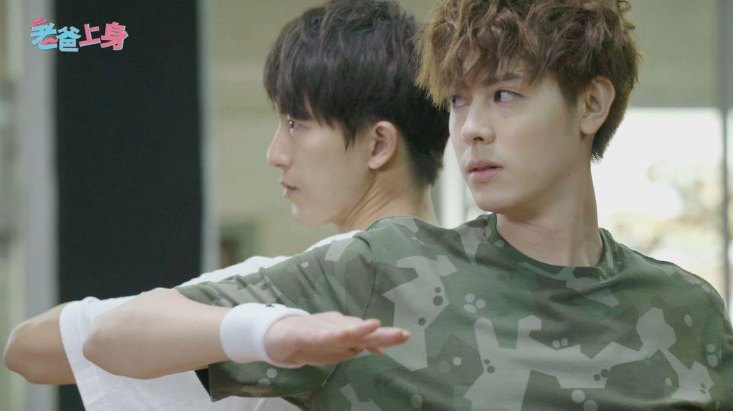 邱昊奇(後)和Teddy在戲中尬舞。圖/CHOCO TV