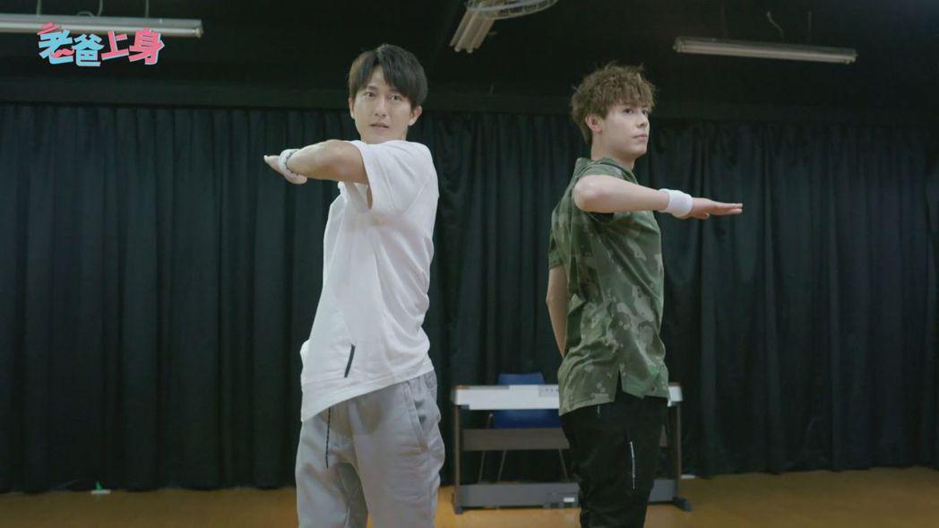 邱昊奇(左)和Teddy在戲中尬舞。圖/CHOCO TV