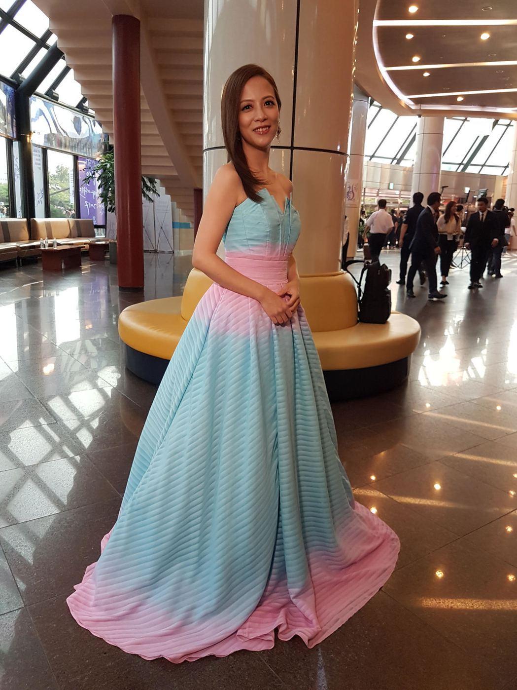 李淑楨一襲典雅亮彩低胸禮服出席首爾電視節。圖/大愛台提供