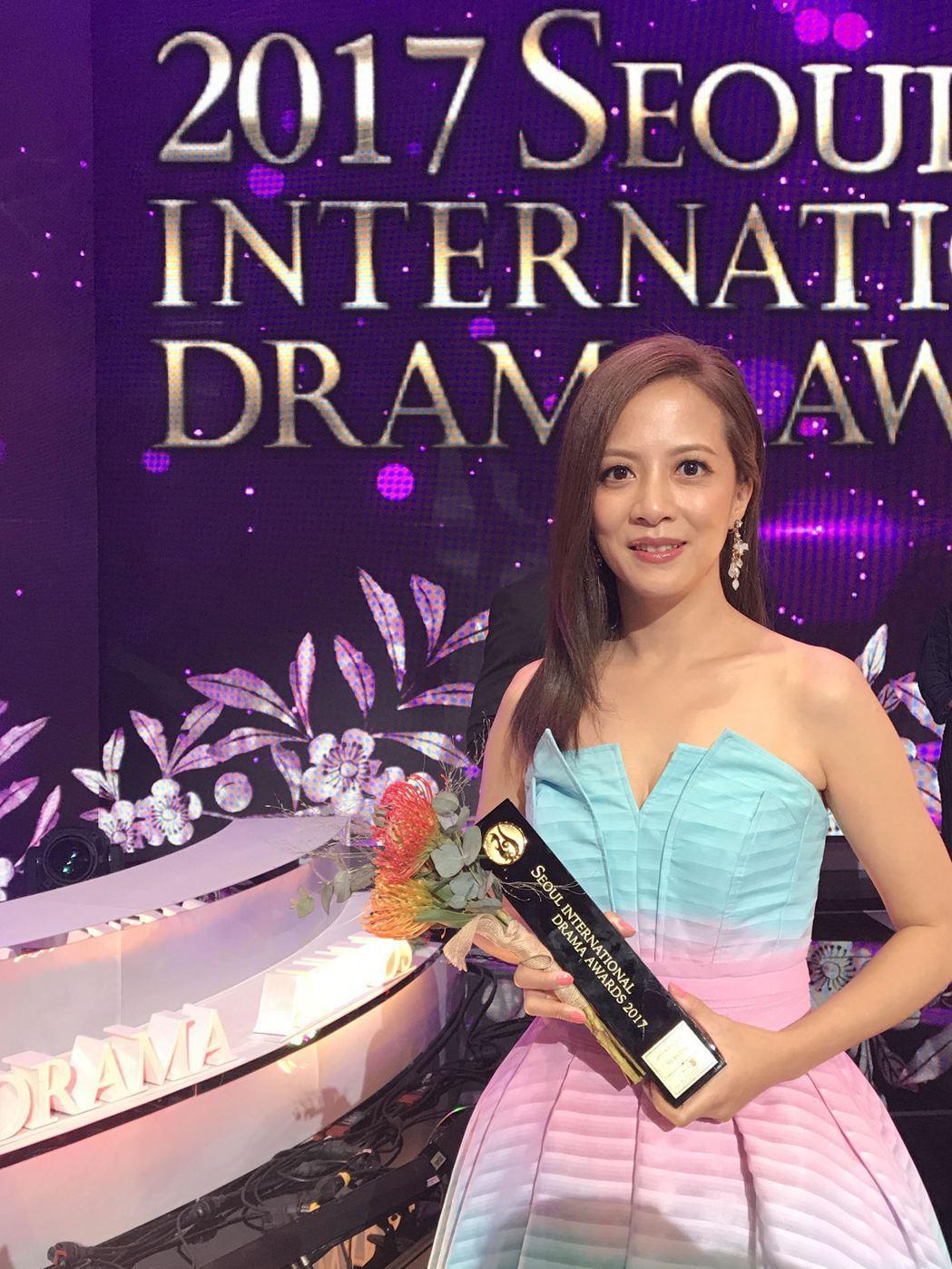 李淑楨代表「望月」劇組領首爾戲劇大賞「評審團特別獎」。圖/大愛台提供