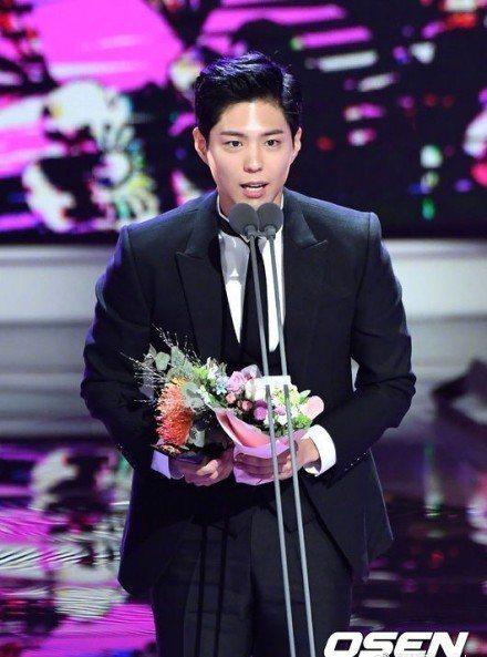 朴寶劍拿下韓劇最佳男演員獎,台上為即將結婚的宋宋CP獻上祝福。圖/摘自OSEN