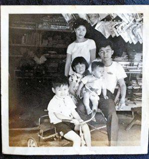 童年王浩一(左一)與父母,以及大他兩歲的姊姊、弟弟王浩威,合影於竹山老街,母親經...
